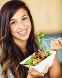 Donna che mangia insalata immagini stock