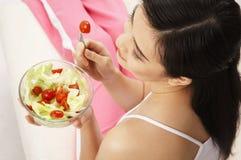 Donna che mangia insalata immagine stock libera da diritti