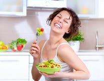 Donna che mangia insalata di verdure immagine stock libera da diritti