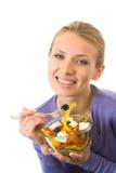 Donna che mangia insalata, isolata Fotografie Stock