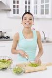 Donna che mangia insalata sana immagine stock libera da diritti