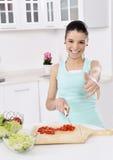 Donna che mangia insalata sana immagini stock libere da diritti