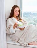 Donna che mangia l'insalata del lampone della lattuga Fotografie Stock