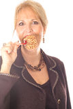 Donna che mangia la mela di caramella fotografia stock