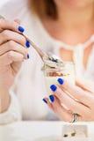 Donna che mangia la minestra fine del cavolfiore fotografia stock libera da diritti