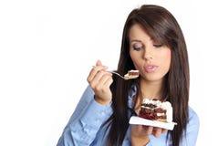 Donna che mangia la torta. fotografia stock