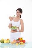 Donna che mangia le foglie dell'insalata Immagini Stock Libere da Diritti