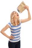 Donna che mangia le patatine fritte Fotografie Stock