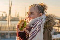 Donna che mangia lo spuntino tedesco del nord tradizionale del pesce fotografia stock