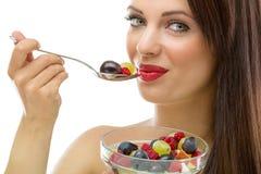 Donna che mangia macedonia fresca, prima colazione fresca sana Immagine Stock
