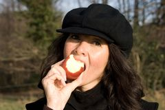 Donna che mangia mela Fotografia Stock