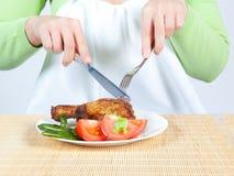 Donna che mangia pollo Fotografie Stock