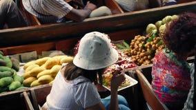 Donna che mangia pranzo sulla barca di fiume stock footage