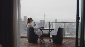 Donna che mangia prima colazione archivi video