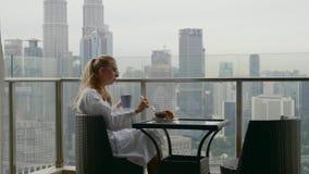 Donna che mangia prima colazione video d archivio