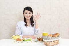 Donna che mangia prima colazione fotografia stock