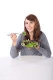Donna che mangia un'insalata Immagine Stock
