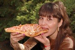 Donna che mangia un panino Immagini Stock