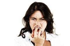 Donna che mangia una mela Fotografie Stock Libere da Diritti