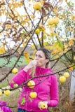 Donna che mangia una mela Immagine Stock