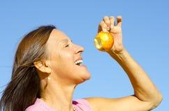 Donna che mangia una mela III Fotografia Stock
