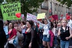 Donna che marcia sulla camminata dello Slut Fotografie Stock Libere da Diritti