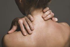 Donna che massaggia il suo collo fotografie stock libere da diritti