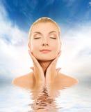 Donna che massaggia il suo fronte fotografie stock libere da diritti