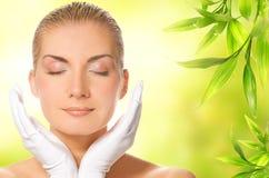Donna che massaggia il suo fronte fotografia stock