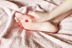 Donna che massaggia il suo piede doloroso Concetto di sanit? fotografia stock libera da diritti