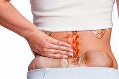 Donna che massaggia la parte posteriore di dolore Fotografie Stock Libere da Diritti