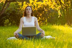 Donna che medita al parco Fotografia Stock Libera da Diritti