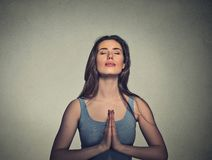 Donna che medita con gli occhi chiusi Fotografia Stock