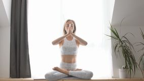 Donna che medita nel primo piano di posizione di loto video d archivio