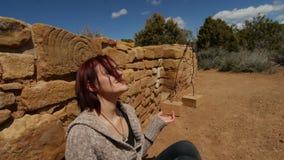 Donna che medita nell'ambito di una spirale antica fotografia stock libera da diritti