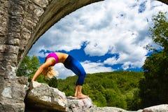 Donna che medita nella posa di yoga, forza di forma fisica Fotografia Stock