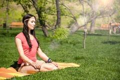 Donna che medita nella posizione di loto Fotografia Stock Libera da Diritti