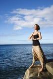 Donna che meditating dall'oceano. fotografia stock libera da diritti