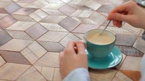 Donna che mescola caffè archivi video