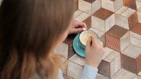 Donna che mescola caffè, vista superiore stock footage