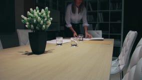 Donna che mette i documenti sopra la tavola per incontrarsi video d archivio