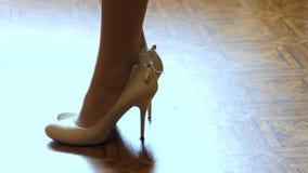 Donna che mette le scarpe bianche sopra video d archivio