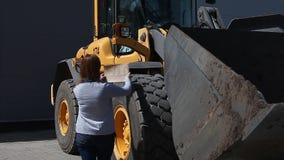 Donna che mette sul segno VENDUTO su un grande trattore video d archivio