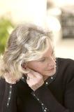 Donna che mette sull'orecchino Fotografie Stock Libere da Diritti