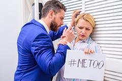 Donna che mi mostra ad una nota con il testo anche Ginocchio di tocco Movimento contro molestia sessuale Molestia sessuale sul la fotografie stock