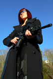 Donna che mira la pistola di assalto Fotografia Stock Libera da Diritti