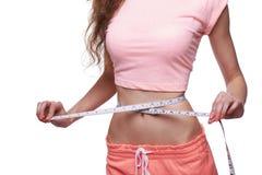 Donna che misura il suo corpo sottile immagini stock libere da diritti