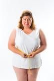Donna che misura la sua vita con nastro adesivo Fotografia Stock Libera da Diritti