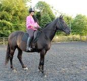Donna che monta cavallo marrone Fotografie Stock Libere da Diritti