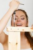 Donna che monta mobilia di legno DIY Fotografia Stock Libera da Diritti